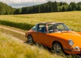 Pomarańczowe Porsche odnowione produktami Standox