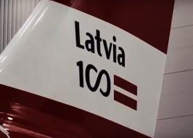 Samolot na 100. urodziny Łotwy z farbami AkzoNobel