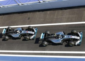 Spies Hecker i Mercedes świętują zwycięstwo