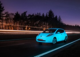 Świecący Nissan LEAF na Smart Highway
