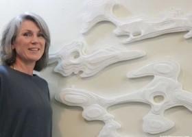 """Claire Jensen i waste art z """"darów"""" morza"""
