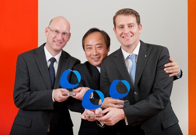 Reprezentanci zwycięskiego zespołu (od lewej): dr Bernd Göbelt, Akihiro Wakahara i dr Stefan Mößmer. Fot. arch. Altana