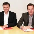 Stefan Neuberger (JP Coatings GmbH) oraz Hanno Baumann (grupa Plantag) podpisują umowę o przejęciu marki Jordan. Fot. arch. Plantag