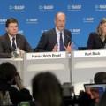 Dr Kurt Bock, Prezes Zarządu BASF (w środku), dr Hans-Ulrich Engel, dyrektor finansowy (po lewej) oraz Elisabeth Schick, Wiceprezydent Senior ds. Komunikacji i Kontaktów z Rządem (po prawej) podczas corocznej konferencji prasowej. Fot. arch. BASF
