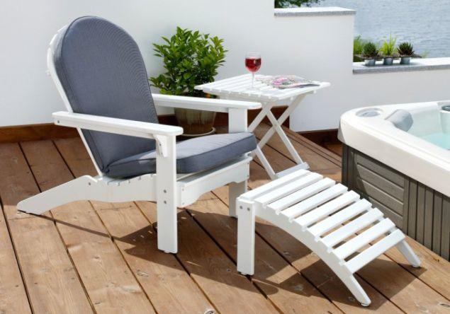 Biały fotel ogrodowy (arch. ogrodolandia.pl)