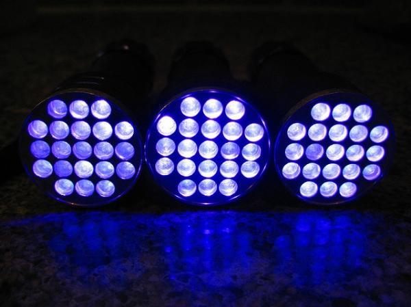 Do utwardzania farb z dodatkiem fotoinicjatorów opracowanych przez dr inż. Ortyl wystarczą nawet energooszczędne lampy UV LED. Fot. slworking2 / Foter.com / CC BY-NC-SA