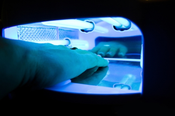 Utwardzanie UV jest już powszechnie stosowane m.in. w branży kosmetycznej (lakiery do paznokci). Fot. stem_pl / freeimages.com