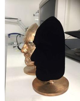 Vantablack pochłania tak duży procent światła, że na powierzchni nie są widoczne cienie, przez co trudno określić kształt obiektu. Fot. arch. Surrey NanoSystems